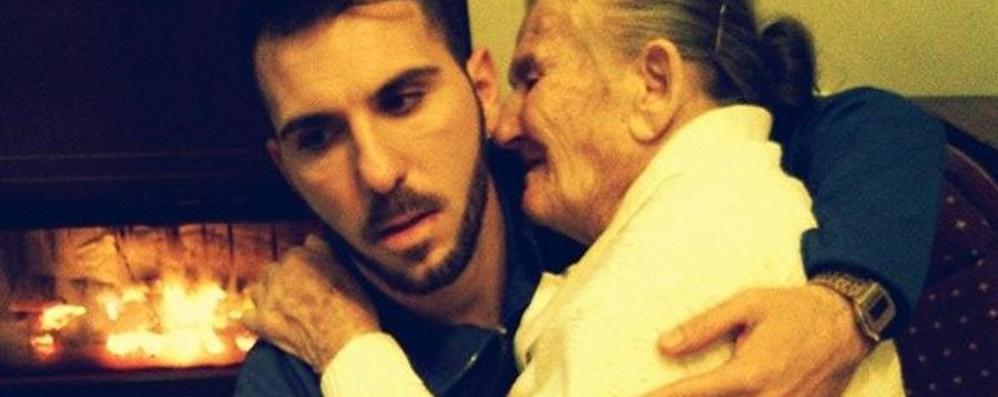 Giancarlo e la nonna malata «Ti tengo in braccio come facevi tu»