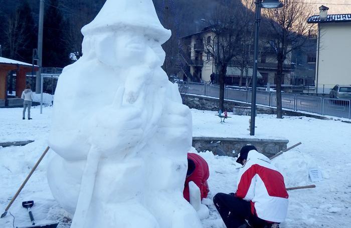 Alcuni momenti della realizzazione delle sculture di ghiaccio