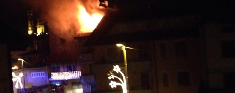Brucia un tetto anche a Mapello Comun Nuovo, sfollati al palazzetto