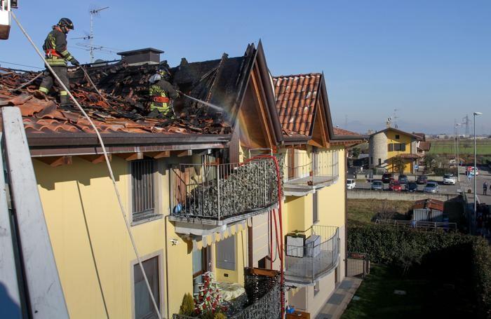 I pompieri controllano i tetti dopo l'incendio