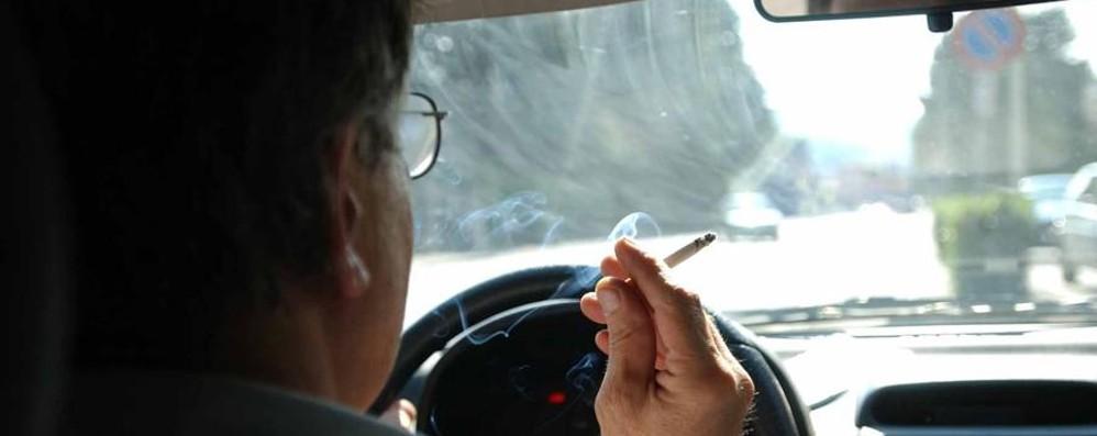 Fumi in auto e c'è un minore? In Inghilterra scatta la multa