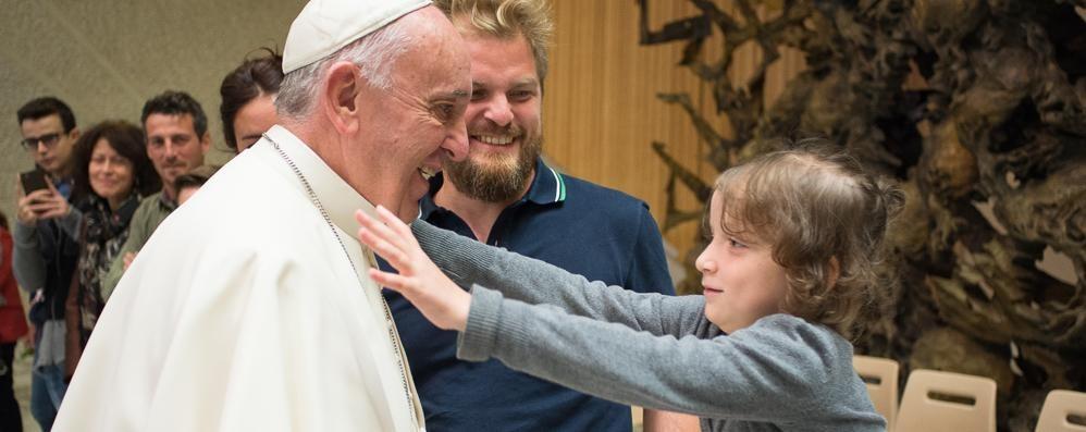 Le carezze di Francesco ai piccoli pazienti del Papa Giovanni