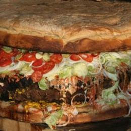 Mangiava un panino gigante, a casa Quando il calcio fa indigestione - Video