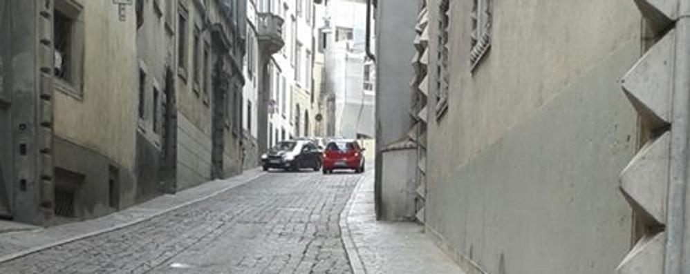Via Pignolo, auto contromano - Video «Basta, il Comune faccia qualcosa»