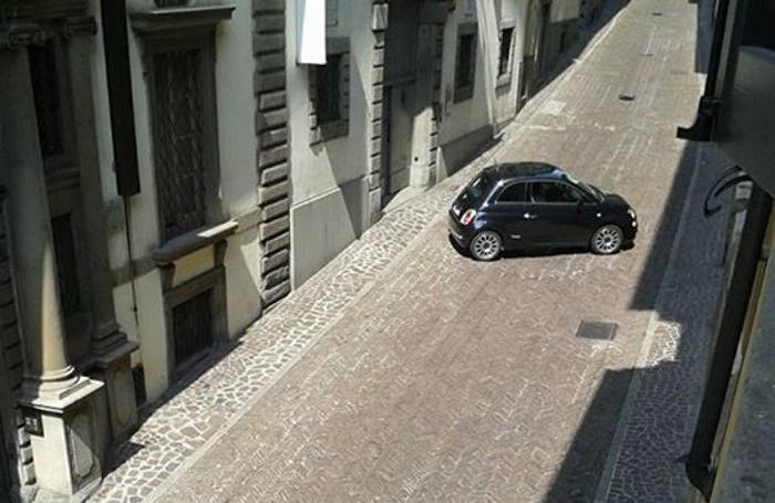 Auto in manovra in via Pignolo