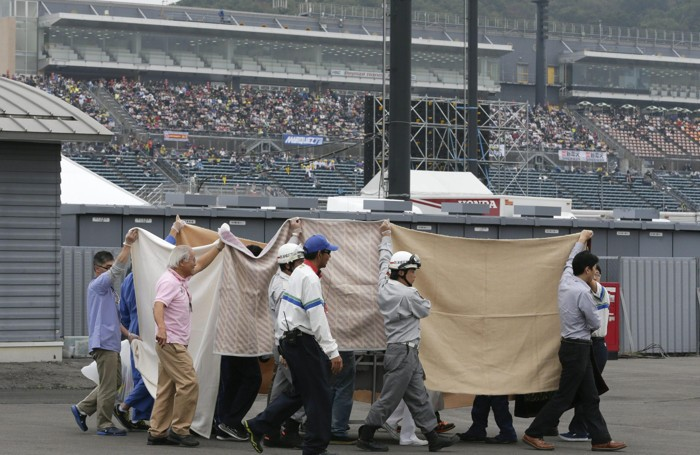 Dietro i teli c'è Alex De Angelis che si è ferito gravemente cadendo alla curva 9 del circuito di Motegi in Giappone