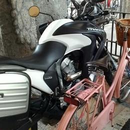 Quando la moto si crede una bici «Rastrelliera invasa, rispetto zero»