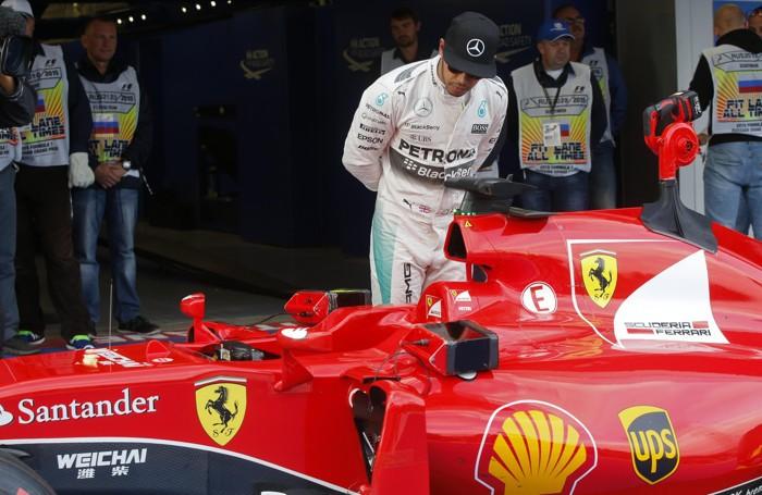 Lewis Hamilton «spia» la Ferrari di Vettel