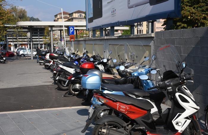 Nuovi parcheggi e sosta selvaggi in stazione