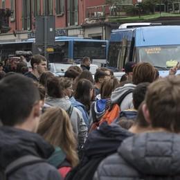Caos trasporti, pendolari al presidio «Il blocco di fine anno ci danneggia»