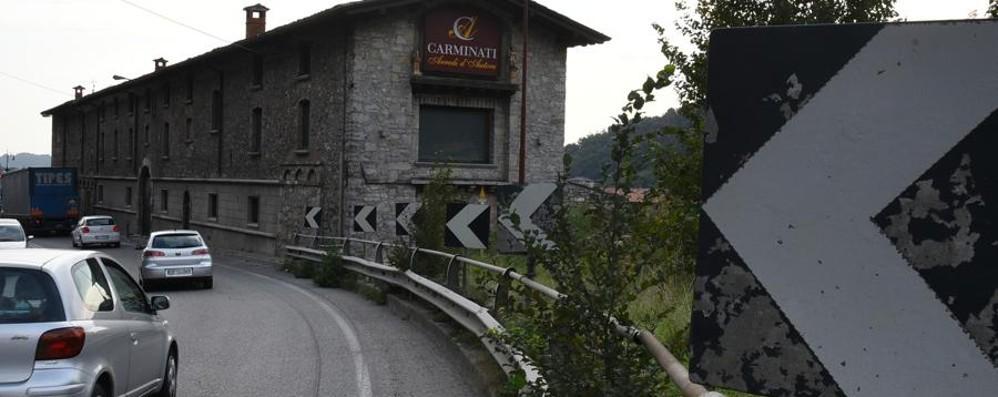 Villa d'Almè, curva pericolosa «E le auto finiscono in negozio»