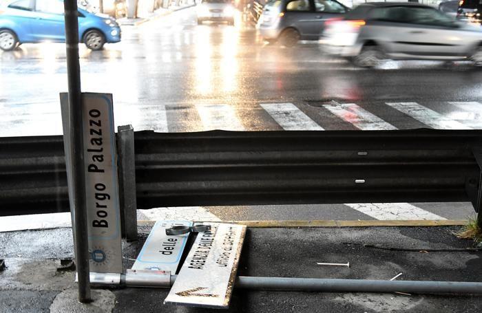 Certelli abbattutti in via Borgo Palazzo