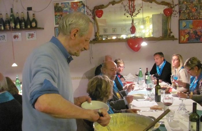 Alberto Midali intento a servire polenta taragna nelle apposite scodelline
