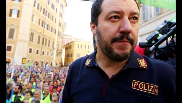 Salvini in divisa a corteo agenti