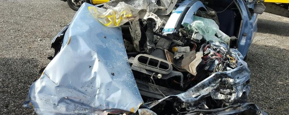 A4, frontale tra auto e camion a Capriate Muore 38enne di Sant'Omobono - Foto