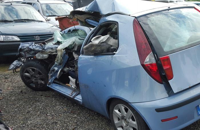 La Fiat Uno distrutta nella parte frontale