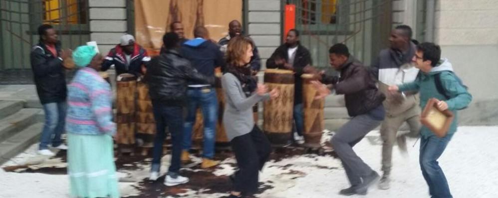 Alla Carrara il calore dell'Africa E balla anche l'assessore - Video