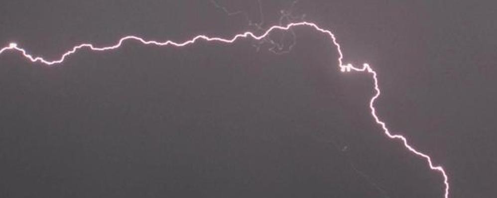 Fulmine colpisce l'aereo Orio-Cagliari Cosa succede in questi casi? Video
