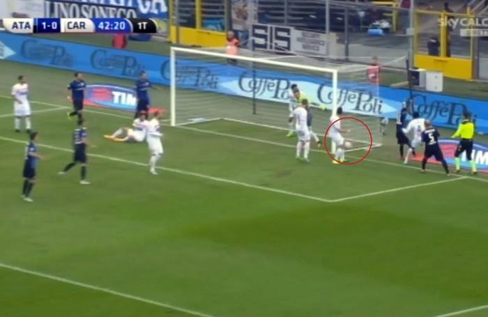 Il fermo immagine tratto da Sky Sport mostra la prodezza su calcio d'angolo del centrocampista dell'Atalanta, Alejandro Gomez