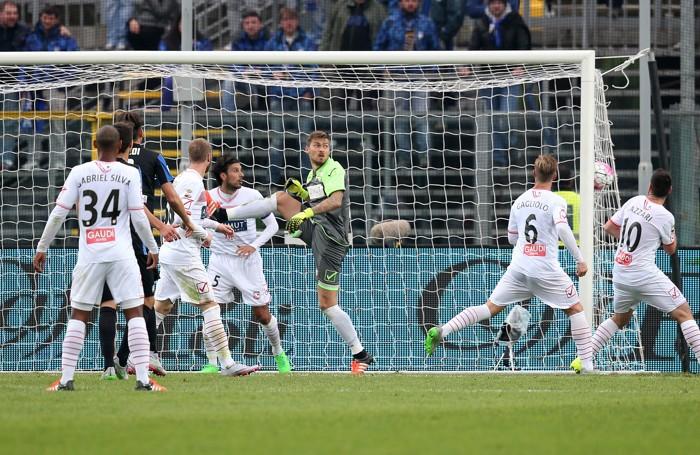 Il portiere del Carpi Vid Belec guarda la palla finire direttamente in rete dal calcio d'angolo battuto dal centrocampista dell'Atalanta Gomez