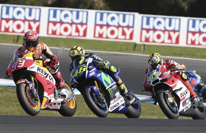 Rossi in un momento della corsa tra Marquez e Iannone