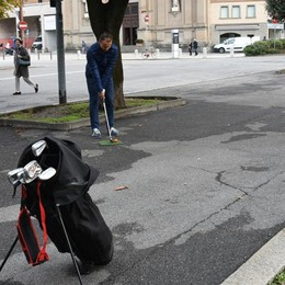 Si gioca a golf nel centro di Bergamo Ecco le immagini della sfida - Foto e video