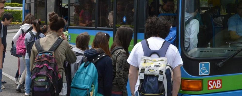 «Impossibile salire sul bus: strapieno Uno studente come arriva a scuola?»