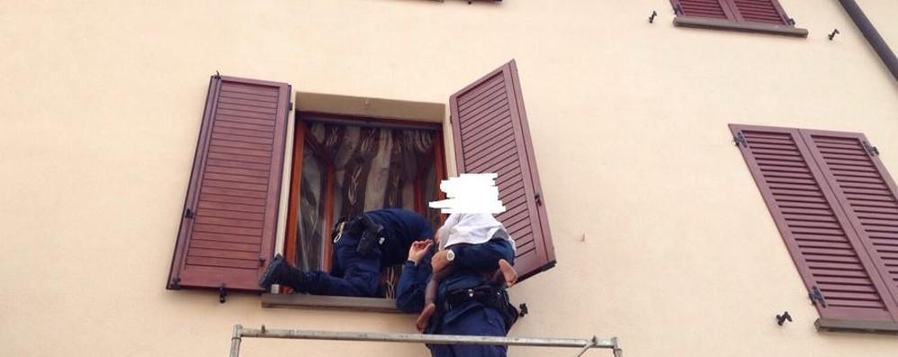 Si dondola dalla finestra a Ciserano  Salvata una bimba di due anni
