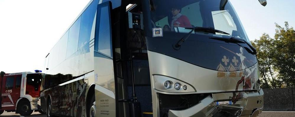Maxi schianto tra bus in A4: 120 coinvolti Gli studenti: «Attimi di paura» - Video