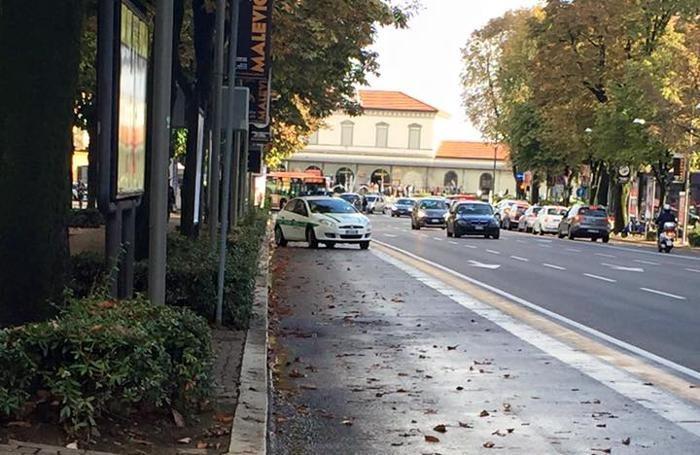 L'auto dei vigili pizzicata sulla corsia preferenziale di viale Papa Giovanni XXIII