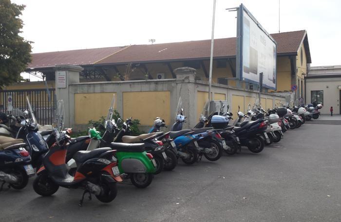 Gli scooter multati in stazione