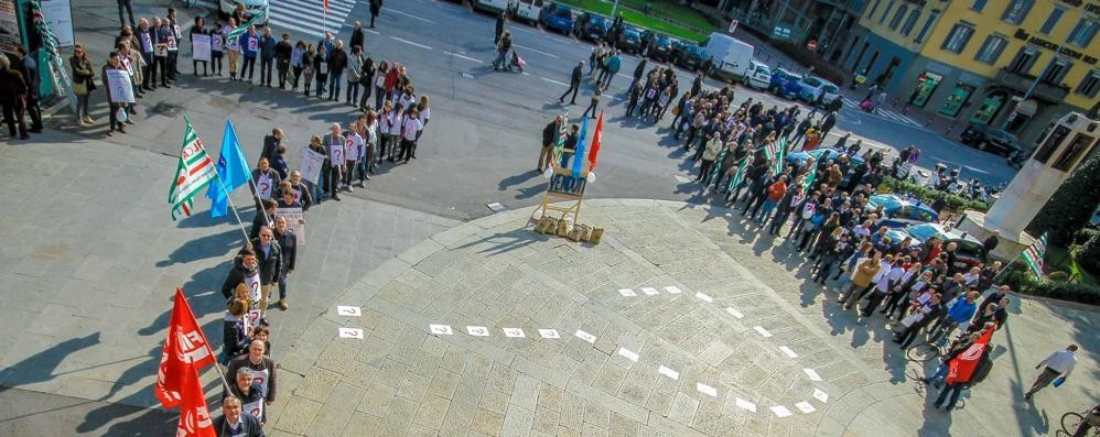 Italcementi, flash mob dei lavoratori Spunta un maxi punto di domanda - Foto