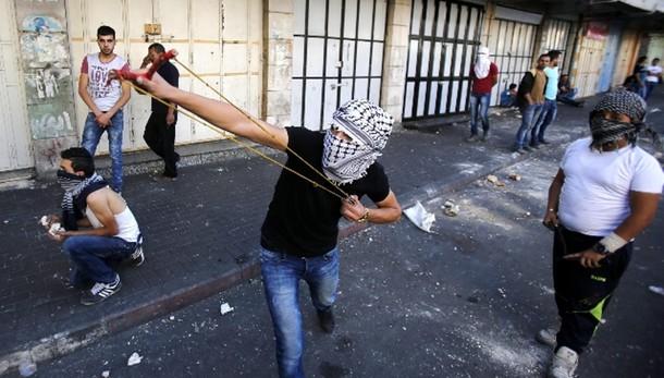 Palestinese morto per gas lacrimogeni