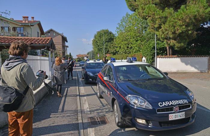 Giornalisti e carabinieri davanti alla casa