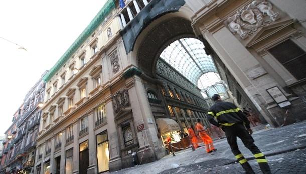 Morto in Galleria Umberto, 8 indagati