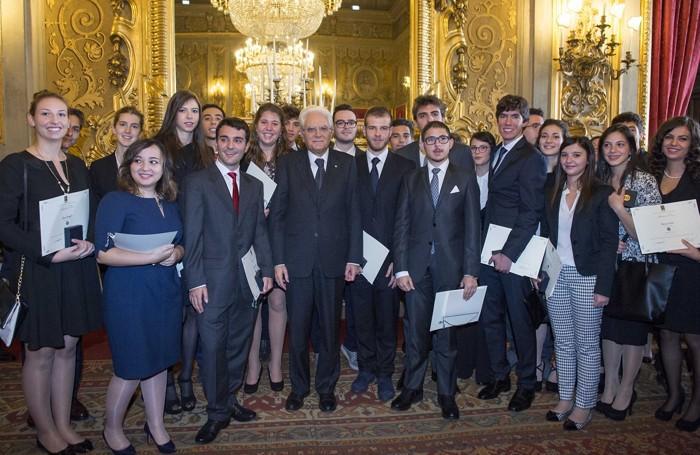Il gruppo degli Alfieri del Lavoro. Andrea Poiatti è il giovane con la cravatta rossa accanto al presidente Mattarella