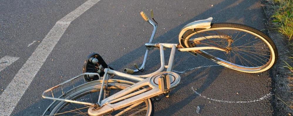 Una 17enne investita in bicicletta Colpita in pieno da una Volvo: gravissima