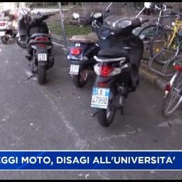Università via dei Caniana, disagi per la sosta delle moto