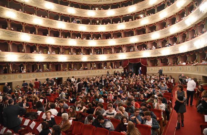 Tanti giovani al Donizetti per ascoltare Laura Boldrini
