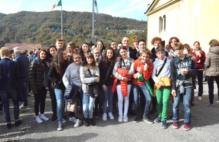 Don Matteo Bettazzolli tra i giovani di Rigosa