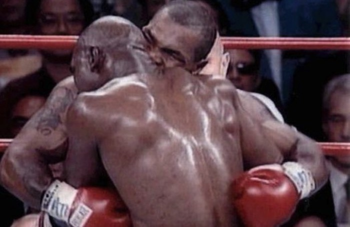 Il pugile Mike Tyson morde parte dell'orecchio del suo avversario, Evender Holyfield