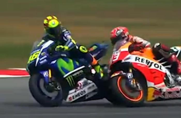 Il momento cruciale del duello tra Rossi e Marquez in un fermo immagine da Sky