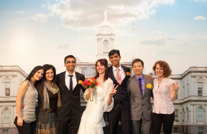 Il matrimonio al municipio di Manhattan di silvia Pasini con il marito Mikin, di origine indiana e i colleghi di lavoro della Columbia University.