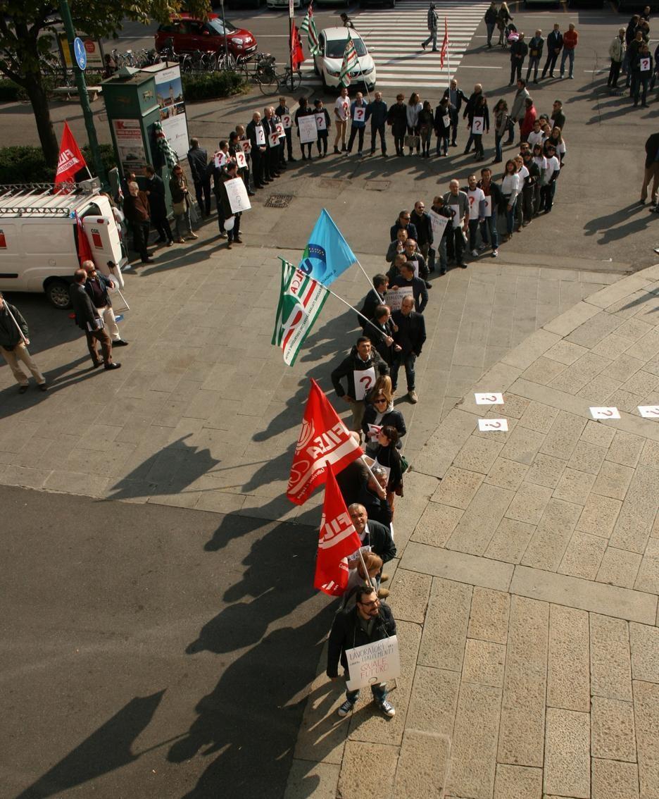 La manifestazione Italcementi davanti al Comune di Bergamo dello scorso 21 ottobre