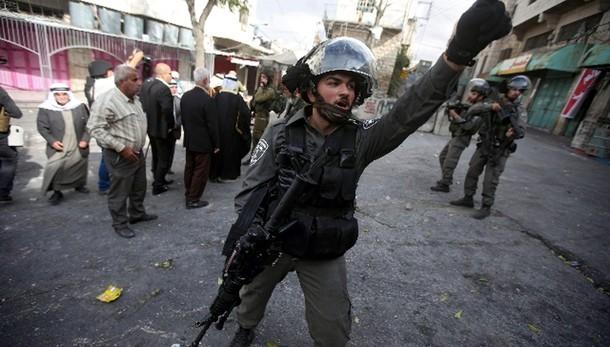 Mo: due soldati aggrediti a Hebron