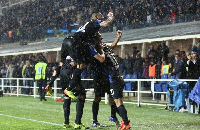 L'esultanza dei giocatori dell'Atalanta mercoledì davanti alla tribuna centrale