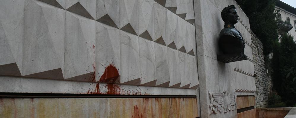 Acqua rossa nella fontana del Locatelli E sulla Briantea  uno striscione - Video