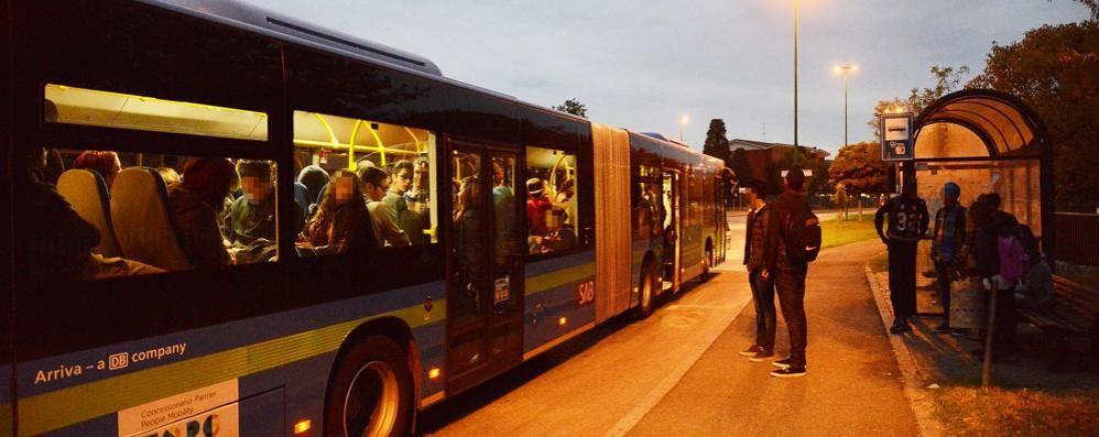 Ghisalba, sul bus stipati come sardine Solo posti in piedi, se sei fortunato...