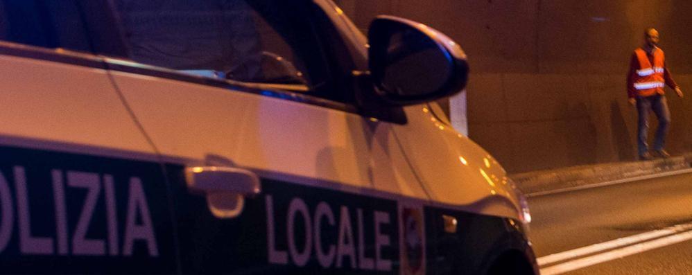 Camion perde il carico nel tunnel di Montenegrone