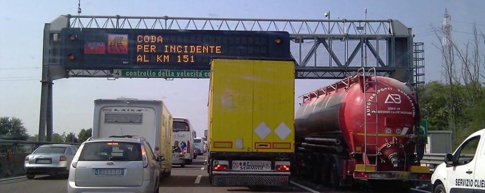 Incidente in A4, code verso Milano Coinvolto pullmino di studenti: illesi
